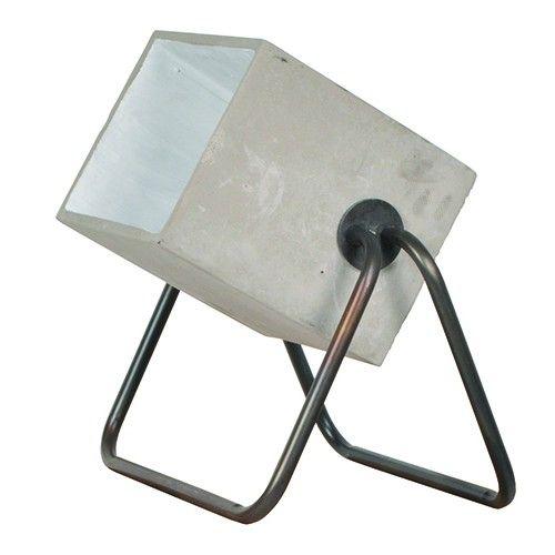 De Concrete Up van Zuiver is een stoere uplichter. Deze lamp is geschikt om iets uit te lichten, kan op de vloer geplaatst, maar ook zeker op tafel.  Lampenkap is van cement met een sealen buis frame Lichtbron: E27, max 75 watt Zwart snoer met aan/uit knop