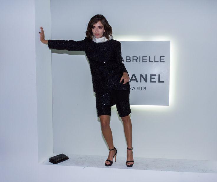 La actriz y modelo Belén Chavanne transmitió la escencia Chanel con un equipo negro de paillets de la maison (Martín Rosenzveig)