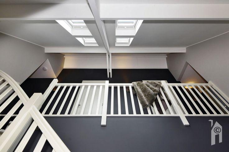 Sfeervolle entreehal in uitgekiende, rustige kleurstelling