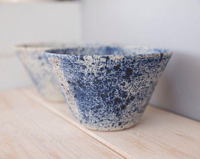 Keramikschale, Keramik Salatschüssel, Keramikschale blau, Steinzeug-Keramik, Hochzeitsgeschenk, Housewarming Geschenk, rustikale Keramik, mittelgroße Schüssel.  Gemacht für Reihenfolge Element *** Wenn Sie bestellen, das Element beginne ich es machen, dauert es mir ca. 4 Wochen bis die bereit zu liefern. *****************************  Keramikschale perfekte Größe für Salat, heiße Schüssel oder Früchte. Es kann auch verwenden für die Anzeige mit kleinen Dekorationen oder als Speicher für…