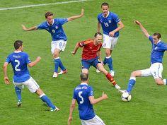 Iniesta, contra cinco italianos en la Eurocopa de 2012