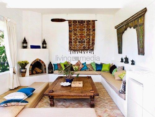 marokkanisch griechische einfl sse im wohnzimmer mit steinofen und sitzpolster ideen f r. Black Bedroom Furniture Sets. Home Design Ideas