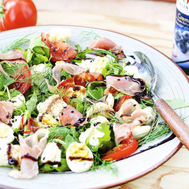 Salata cu mini mozzarella, prosciutto, oua de prepelita