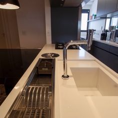 Bancada com calha multiuso por GF Projetos #cozinha #kitchen #cozinhabranca…
