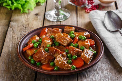 Esta receta de carne guisada a la jardinera está increíble ¡Fácil y llena de sabor!   #CarneGuisada #CarneEstofada #CarneGuisadaALaJardinera #EstofadoDeTernera #RecetasConCarne #RecetasConTernera