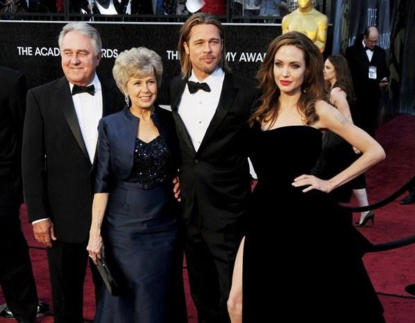 Brad Pitt med föräldrar och Angelina Jolie (© Broadimage Rex Features)