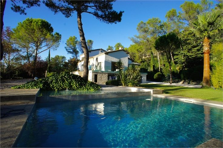 Ne cherchez plus, la maison de vos rêves, c'est celle-ci ! A vendre chez Capifrance !     Magnifique propriété de 400 m² au coeur d'un parc paysagé de 16 000 m² avec piscine à Montpellier.     Plus d'infos > Véronique Chanvin