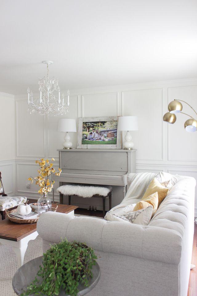 Pintado en color gris piano, sofá mechones, y los acentos de otoño amarillas