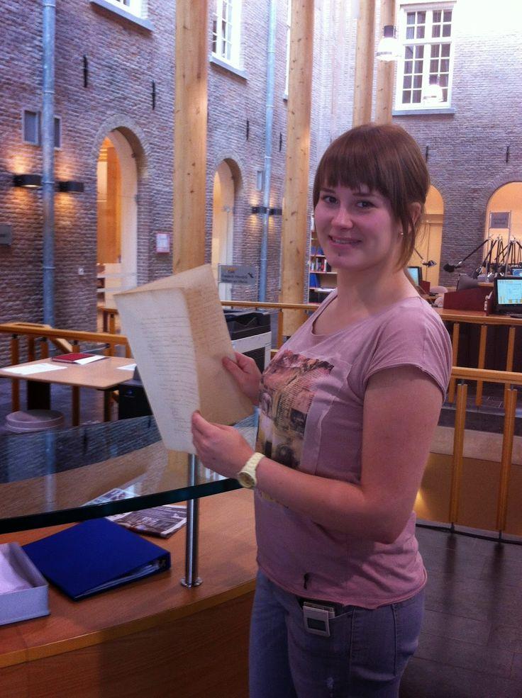 Collega Yvonne en haar bijdrage voor het stuk van het jaar 2014; de ambtsbrieven van Minister van Son.