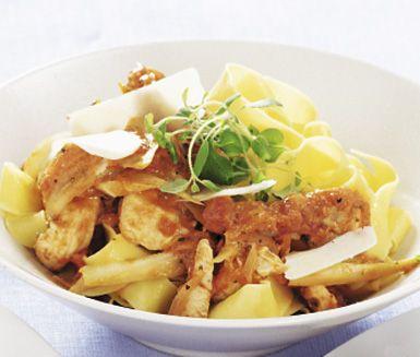 Snabb kycklingpasta innehåller hemlagad tomatbas, kycklingfilé och fänkål som får lite extra sting av kajennpepparen. Du kan variera mellan att tillsätta vitt matlagningsvin eller hönsbuljong tillsammans med matlagningsgrädden. Servera med pasta.
