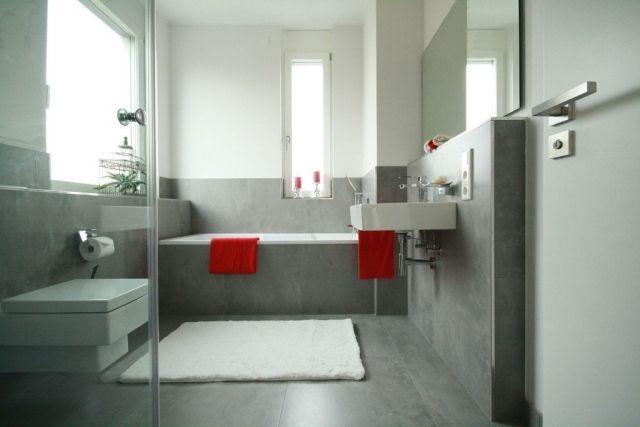 badezimmer gestaltung graue fliesen matt rote handtücher akzent