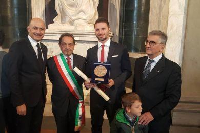"""Gabriele Benedetti ha dedicato lo """"Scudo d'Argento"""" a tutti coloro che il 22 agosto 2017 nel mare di Castiadas lo aiutarono a portare a riva i bagnanti in difficoltà"""