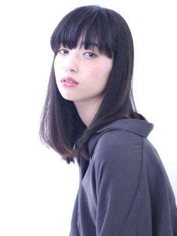 重めバングスが特徴的なミディアムストレート。黒髪ストレートは繊細な柔らかさがあり、シックなファッションを女性らしく演出してくれそうです。