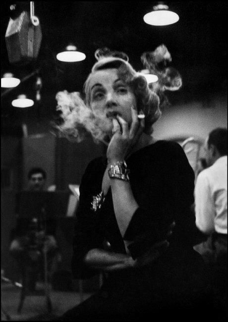Marlene Dietrich negli studi di registrazione della Columbia Records. New York, 1952© Eve Arnold / Magnum Photos