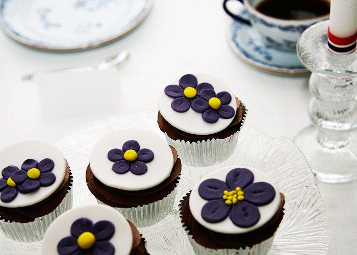 Konfirmasjonsperioden er godt i gang, og jeg vil i dette innlegget vise hvordan du kan dekorere to ulike cupcakes med blomster laget av fondant eller marsipan.