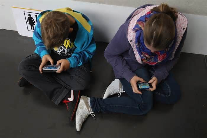 CU Boulder professor recommends parents take machines with screens out of children's rooms Spending too much time staring into smartphones, laptops and TVs is leaving America's kids overtired and bleary eyed. Time spent with screens before turning in leads to later bedtimes, less sleep and less-restful sleep in children, researchers have found.