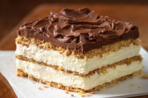Ένα υπέροχο, αφράτο και δροσερό γλύκισμα με στρώσεις μπισκότων, κρέμα στιγμής με σαντιγί, καλυμμένο με γλάσο σοκολάτας. Μια πανεύκολη, για αρχάριους συνταγή, για ένα γλύκισμα πανεύκολο στη παρασκευή του για αρχάριους, που σίγουρα θα σας