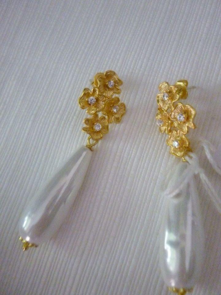 Orecchini con perla di Maiorca a forma di goccia e monachelle in ottone dorato con strass