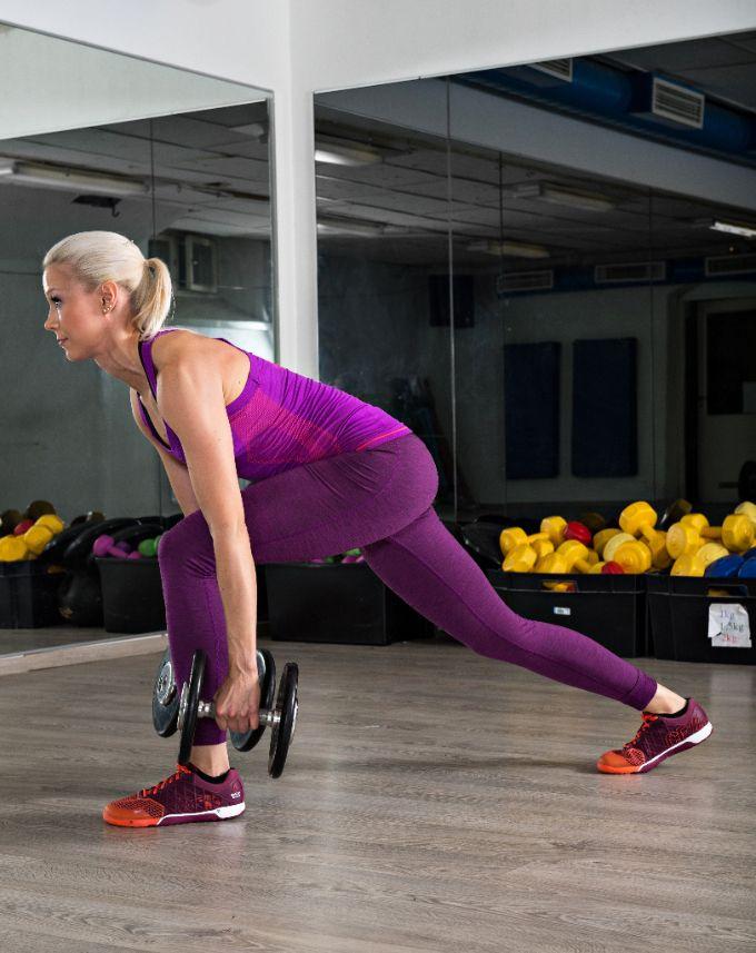 Askelkyykky eteentaivutuksella  Ota käsipainot tai kahvakuulat käsiin, astu toisella jalalla taakse ja kallista selkää eteenpäin. Älä kuitenkaan päästä selkää pyöristymään. Pidä paino kantapäällä ja ojenna lonkka voimakkaasti eteen niin, että takimmainen jalka tulee hieman eteenpäin. Aloita askelkyykkyliikkeen tekeminen. Tee 3 x 10–12 toistoa molemmilla jaloilla. Aloita 8–12 kilon käsipainoilla.