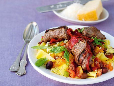 Pasta med kalvrulader och tomatsås