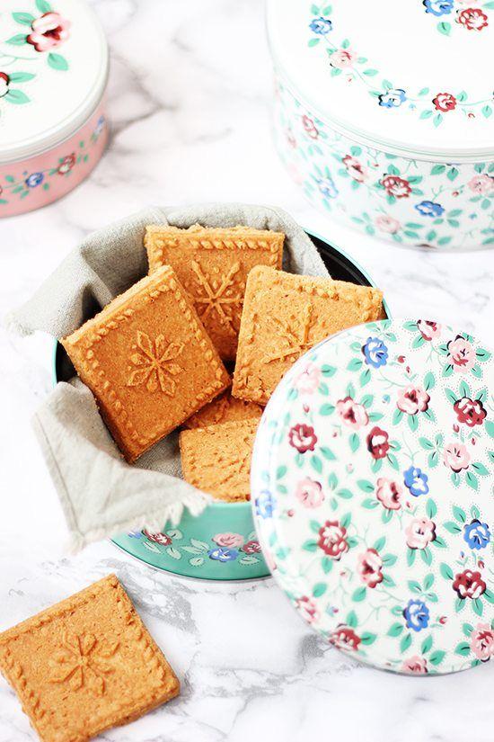 <p>Las galletas shortbread o Galletas escocesas son un tipo de galleta tradicional típica de Escocia.Se caracterizan por su alto porcentaje en grasa y por ser unas galletas sin levadura que se hornean a baja temperatura para que no sean de…</p>