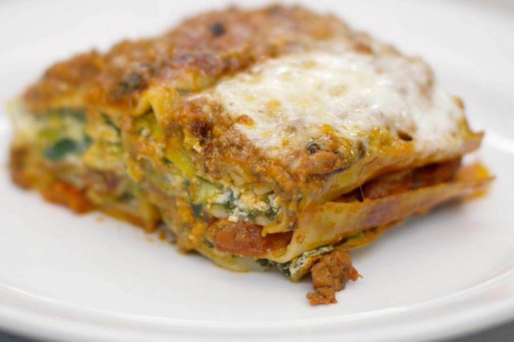 De pot op tafel, zo gaat het als er lasagne op het menu staat. Deze laagjesschotel met Italiaanse roots blijft populair en je kan bijna eindeloos variëren met smaken en ingrediënten. In een hap van deze lasagne ontdek je lamsgehakt in tomatensaus en ricotta met prei en spinazie. La vita è bella.