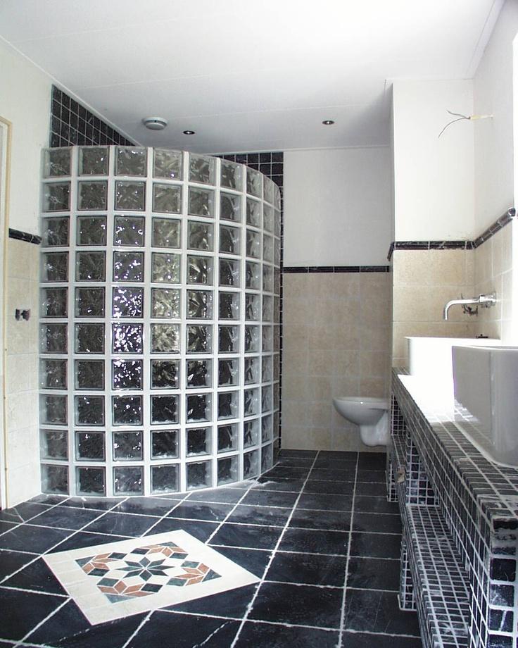 Inloopdouche met glazen bouwstenen en natuurstenen vloer. Wanden met lambrizering van natuursteen. Badkamer ideeën / Bathroom ideas.