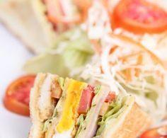 Saporiti e particolarmente stuzzicanti, i club sandwich di pollo sono dei tramezzini tostati ripieni di carne e insalata conditi con un velo di maionese.
