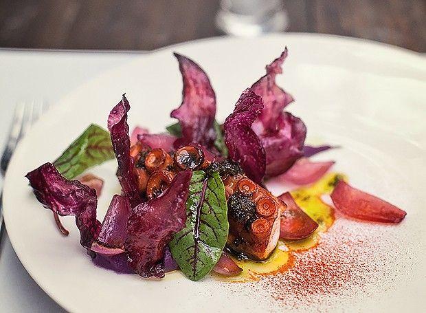 Polvo com purê de batata roxa, cebola e azeite de picada / Receita de Helena Rizzo e Daniel Redondo, do Maní