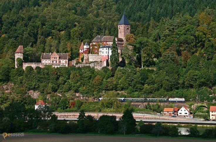 Замок Цвингенберг – #Германия #Баден_Вюртемберг #Цвингенберг (#DE_BW) Средневековый замок, ныне принадлежащий Людвигу фон Бадену.  ↳ http://ru.esosedi.org/DE/BW/1000458133/zamok_tsvingenberg/