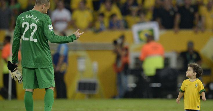 30.jun.2013 - Goleiro brasileiro Diego Cavalieri se diverte com o filho na premiação da Copa das Confederações AFP PHOTO / JUAN BARRETO