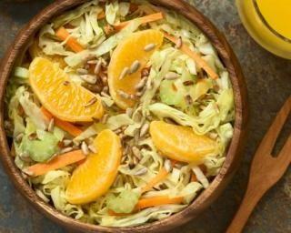 Salade vitaminée Croq'Kilos de céleri, carottes et chou blanc à l'orange : http://www.fourchette-et-bikini.fr/recettes/recettes-minceur/salade-vitaminee-croqkilos-de-celeri-carottes-et-chou-blanc-a-lorange.html