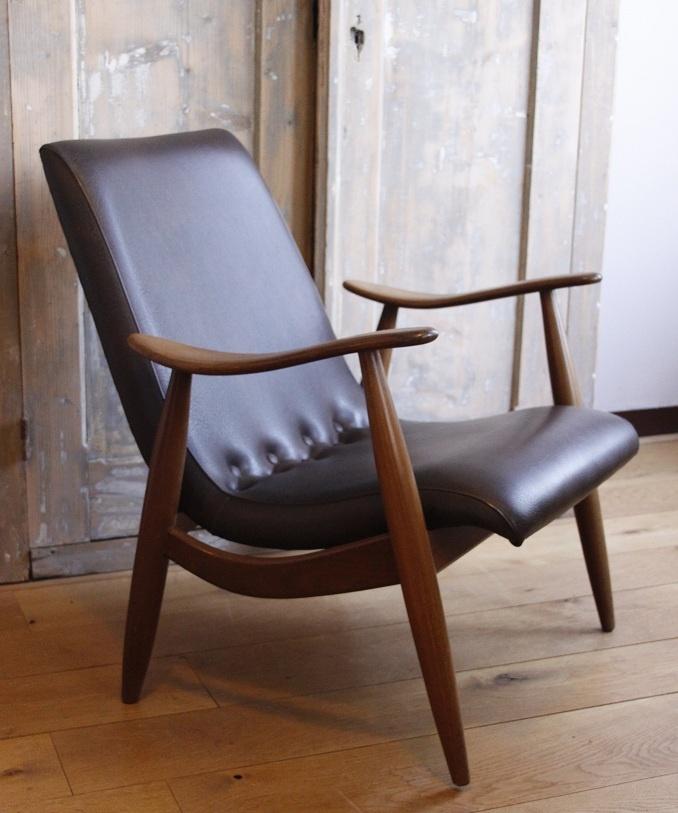 VERKOCHT - Twee prachtige Deense retro-fauteuils te koop, bekleed met donkerbruine skai. De skai is in perfecte staat, evenals het houtwerk. Echt een eye-catcher voor wie van design, vintage en retro meubelen houdt.     Past goed in een interieur met meubels van Gispen, Bovenkamp, Webe, Pastoe, Artifort, Deense / Noorse ontwerpen of industriele spullen.       Prijs: 150 euro per stuk.