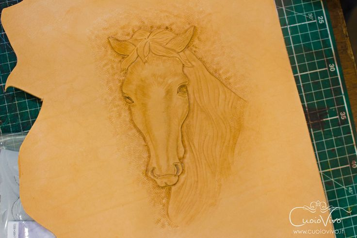 Un cavallo realizzato in rilievo su vero cuoio conciato al vegetale in Toscana. Una lavorazione paziente, per realizzare un borsello unico, inimitabile. // A beautiful hand-carved horse on genuine italian leather. Handmade in Italy by CuoioVivo. #cuoio #leather #fashion #moda #cavallo #carving #borsello #horse #pelle #pelletteria #madeinitaly #italianleather #fattoamano #handmade #craft #crafts #artigiano #artigianato #artigianale