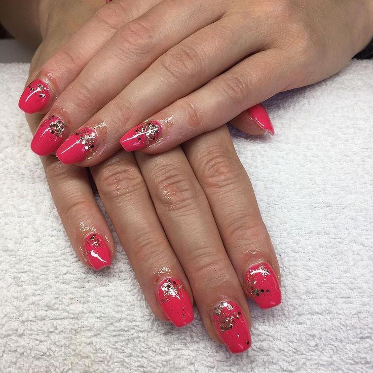 Svårt att få fram rätt färg. Men den är underbar! kunden har filat ner sin vänstra hand. Därför är formen lite konstig #nailporn #nailtech #gelnails #gelenaglar #nagelförlängning #glitternails #naglar #nailswag #vackranaglar #nailstagram #nailart #nails #scra2ch #hudabeauty #gliter #nailart #coffinnails #melformakeup #essie #vegas_nay #nsi #nailpromote #longnails #nailartgallery #glamandglits #notd by lollos_naglar
