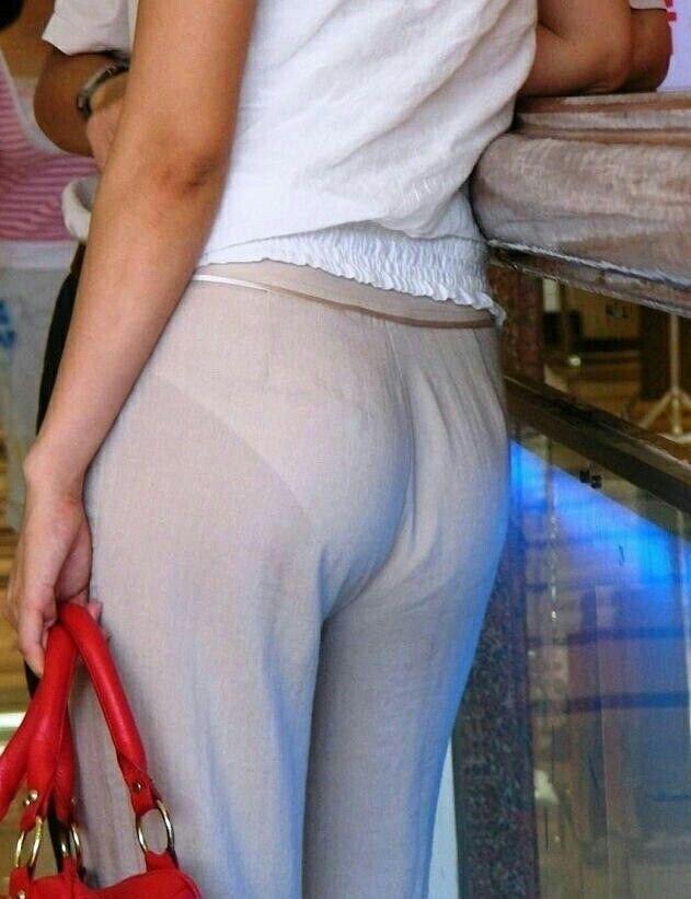 Через просвечивающие штаны видны трусики