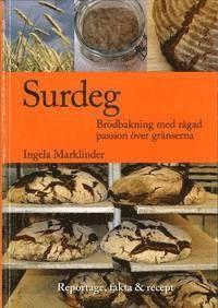 Tycker du om bröd, men vågar inte äta det? Saknar du en bok för surdegskurser? Även om du aldrig tidigare bakat kan du nu med få ingredienser lära dig baka goda, hälsosamma och vackra bröd. Surdegsbröd med mycket råg och syra mättar och är bra för blodsocker, hjärta och tarm. Våga baka! Reportageboken tar dig till brödet i Berlin, Helsingfors, München, Münster och Uppsala.Du möter den franske bagaren, fullkornsbagaren i Järna, surdegsforskaren, hälsoexperten på råg och hemmabagaren som…