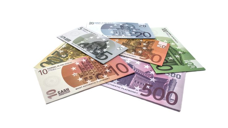Holen Sie sich das Jetset Feeling mit unseren stilvollen Spielgeld Euro Scheine nach Hause, bestehend aus 10 - 100 beidseitig bedruckten Spielgeldscheinen (je Sorte) im original Euro Schein Format.Alle...