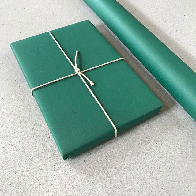 And what about this emerald green? It's so gorgeous, I can't stop looking at it. Also, the new papers are solid color, not printed! #giftwrap #wrappingpaper #gavepapir #emerald #emeraldgreen #smaragd #smaragdgrønn