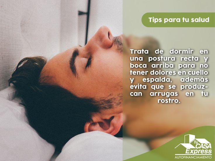 Trata de dormir en una postura recta y boca arriba para no tener dolores en cuello y espalda, además evita que se produzcan arrugas en tu rostro.