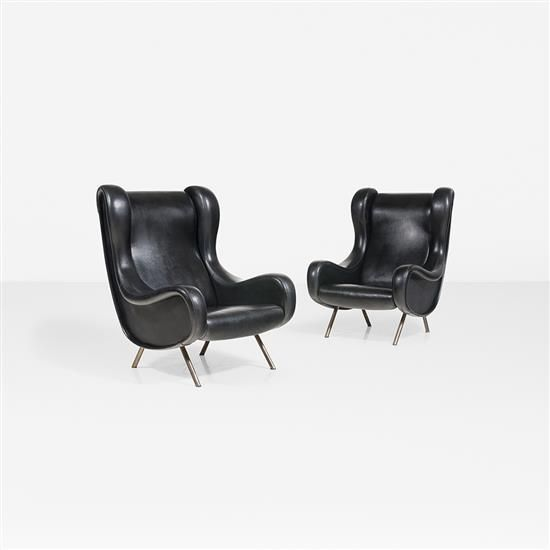 Marco Zanuso (1916 - 2001) <br /> Senior <br /> Paire de fauteuils <br /> Vinyl et métal <br /> Edition Arflx (étiquette) <br /> Date de création : 1951 <br /> H 100 × L 70 × P 86 cm <br /> Bibliographie : Giuliana Gramigna, Repertorio, <br /> del Design italiano 1950-2000 per l'arredamento, <br /> Domestico, Umberto Allemandi & C.Volume 1, p. 25 <br />  <br />  <br />