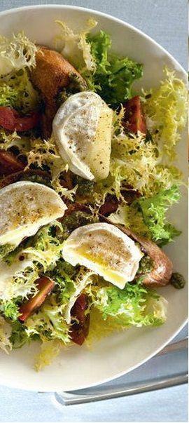 Salade de chèvre chaud - De la salade frisée ou des feuilles de chêne, des tomates, des lardons ou un peu de jambon de poulet émincé, du pain grillé ou du bon pain brioché, du chèvre, un peu de miel et le tour est joué !