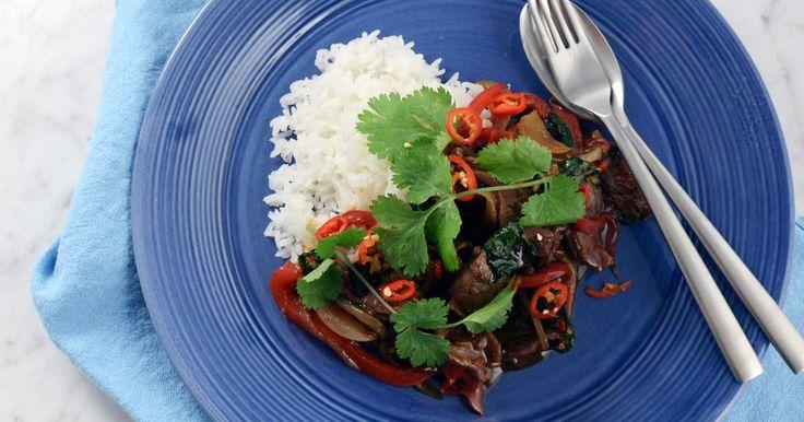 Supersnabb fredagsrätt med mycket smak! Wokad biff med paprika, chili och vitlök. Thaibasilikan och koriander gör verkligen sitt i rätten!