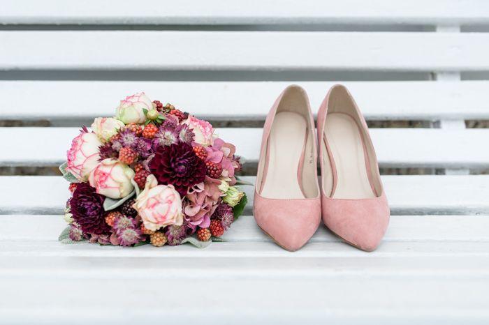 Hochzeit in Beerenfarben | #Brautstrauss #Brautschuhe