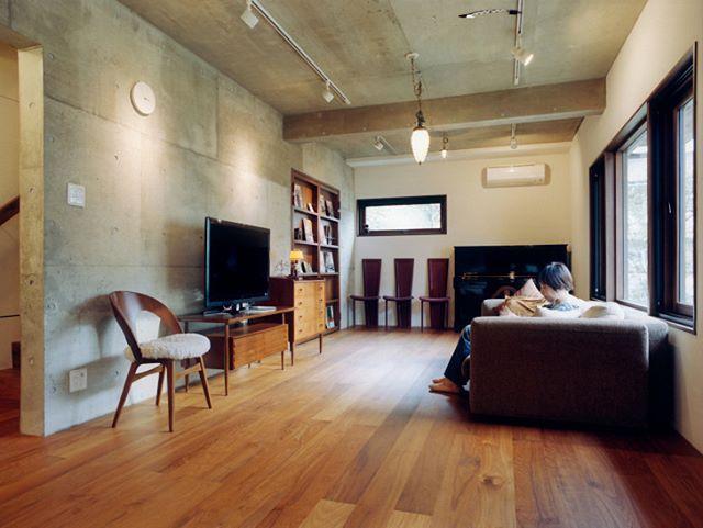 コンクリート打ちっぱなしの壁に無垢の木のぬくもりをプラスした空間 北欧ヴィンテージの家具や雑貨がセンス良く配置されています Pente アネストワン Anestone オシャレなタイルをセール中 Tilelife Co Jp のurlをクリックしてご覧 クールな部屋 模様替え