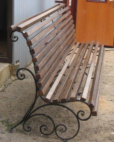 Скамейка с ковкой и деревянными рейками СК-02