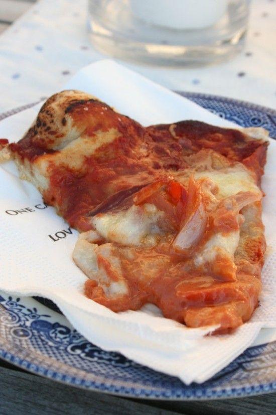 pizza på grillenPå kjøkkenbenken | God mat skal lagast med kjærleik og rause mål