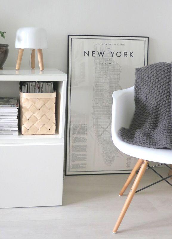Milk lamp, fauteuil Eames et posters de David Ehrenstrahle