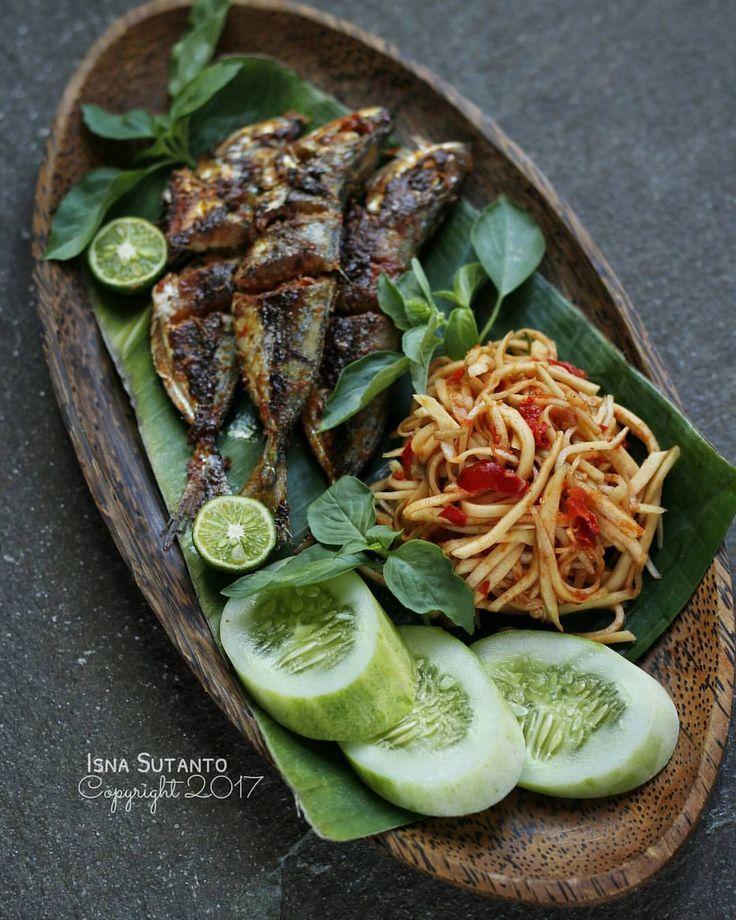 "1,142 Likes, 37 Comments - Isna Sutanto (@isnasutanto) on Instagram: ""Met makan siang   Ikan bakar + sambel pencit (mangga muda)  . SAMBEL PENCIT 2buah mangga muda…"""