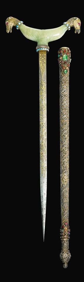 Babür Yeşimi Derviş Asası  Yıl:18. Yüzyıl Ebad: 49cm Teknik Özellikleri: Çelik bıçak, gümüş yaldızlı kın çiçek ile repousse dekore ile, elmas taşlarla bezeli ve turkuaz yaka seti gümüş yaldızlı at kafalı.